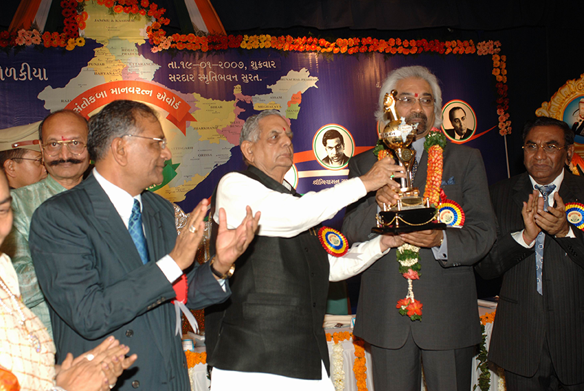 Dr. Sam Pitroda is presented with Santokbaa Award – 2006