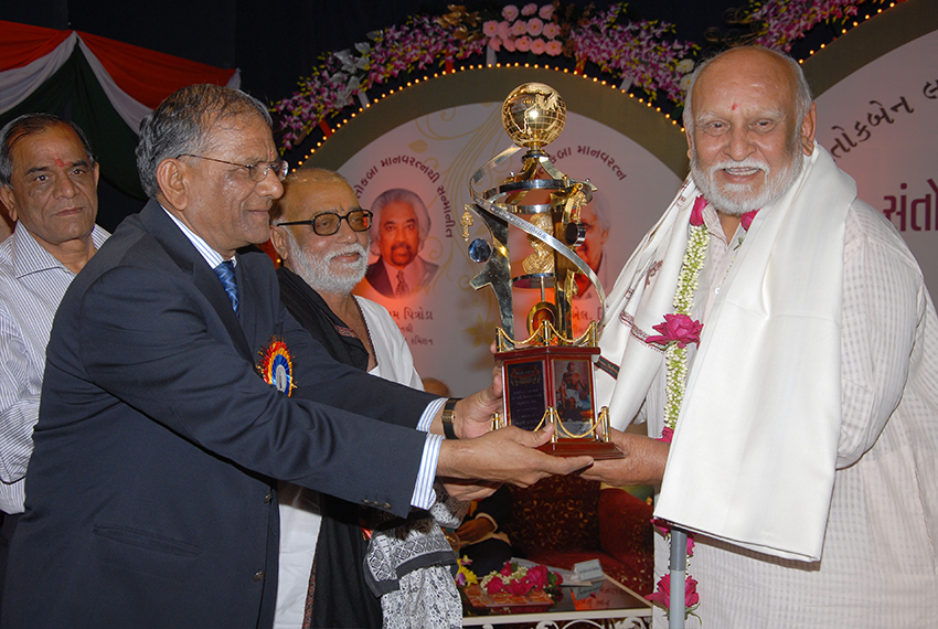 Shri Maheshbhai Kothari accepting Santokbaa Award on behalf of Shri. Narayanbhai Desai – 2007