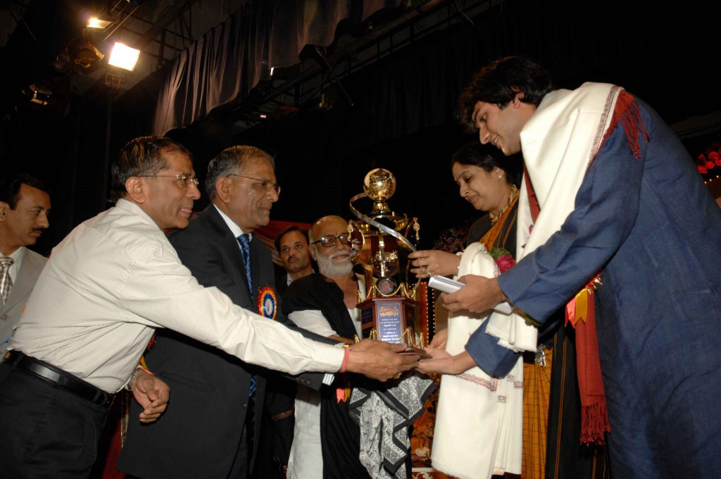 Smt. Nirmala (Daughter) and her son Siddhartha accepting Santokbaa Award on behalf of Dr. Verghese Kurien – 2009