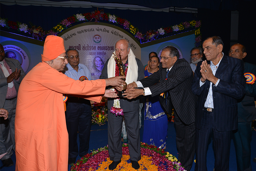 Prof. M. S. Swaminathan receiving Santokbaa Award – 2011