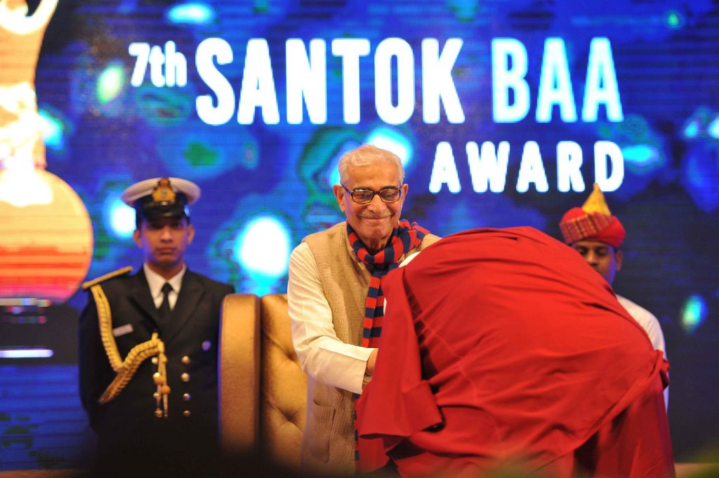 Shri O. P. Kohli is greeted by his Holiness the Dalai Lama at the 7th Santokbaa Award function – 2014