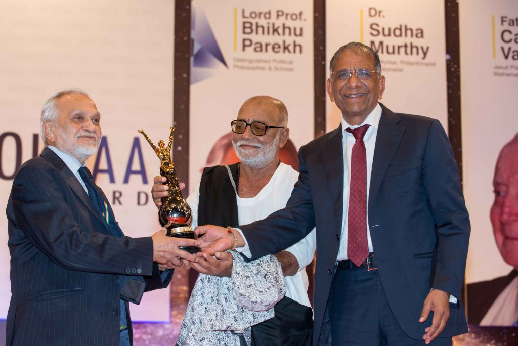 Saint Shri Morari Bapu presents Santokbaa Award to Lord Bhiku Parekh – 2013